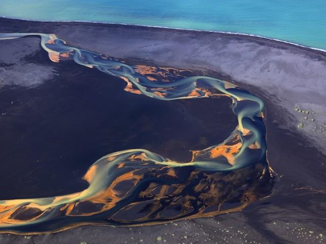 空撮で水の流れを美しく撮影した写真