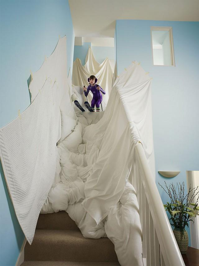 アイデア次第!階段と白いシーツがあれば、どこでもゲレンデ!