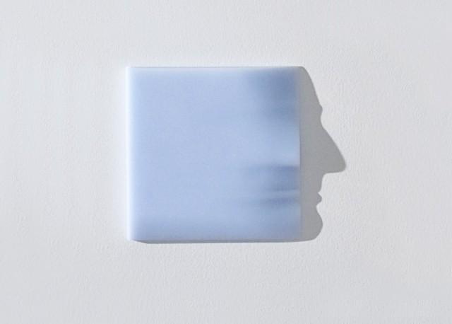 紙の凹凸を調整し、光が射しこむことで影の横顔が浮かびあがってる。