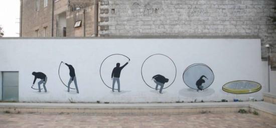 青年が白い壁に描いていた円の線がつながった途端、壁からコインが剥がれるようにパタンと倒れてくるイラスト