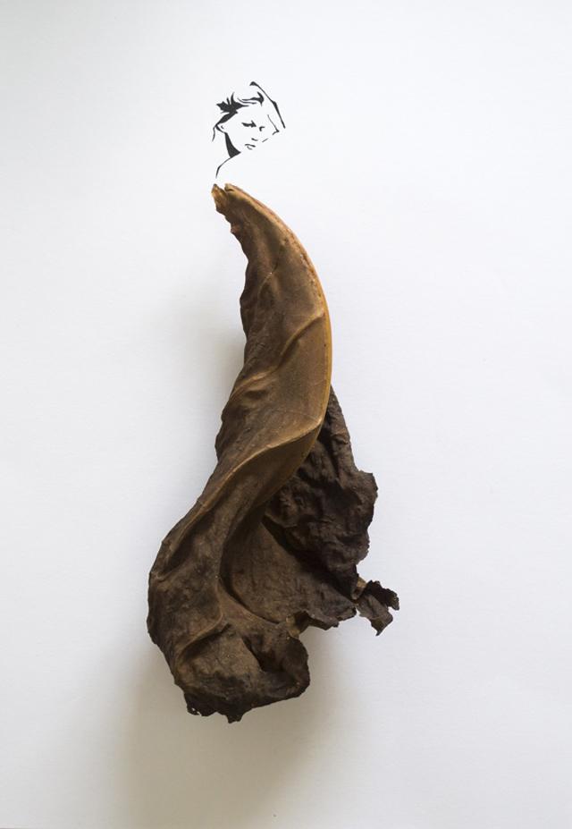 茶色の落ち葉のドレスを着た女性のイラスト