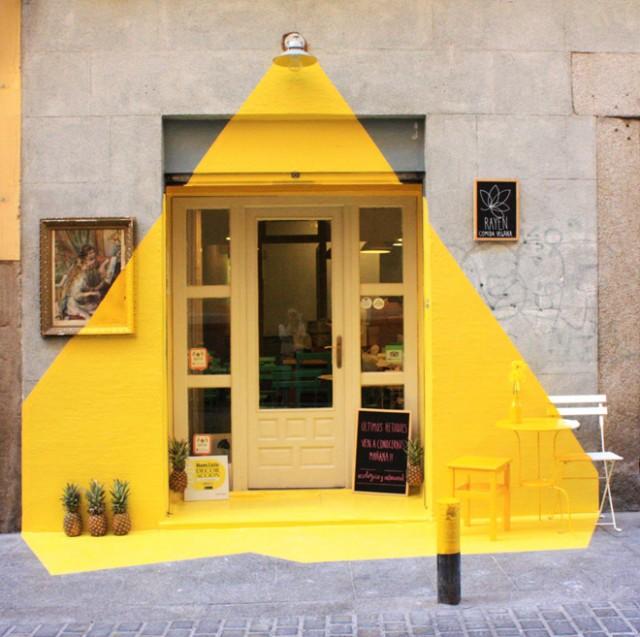 レストランの正面に描かれたランプの光。まっ黄色が鮮烈な輝き。