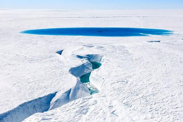 奥深しいグリーン川と、ホワイト雪が対比して、とても美しい写真。