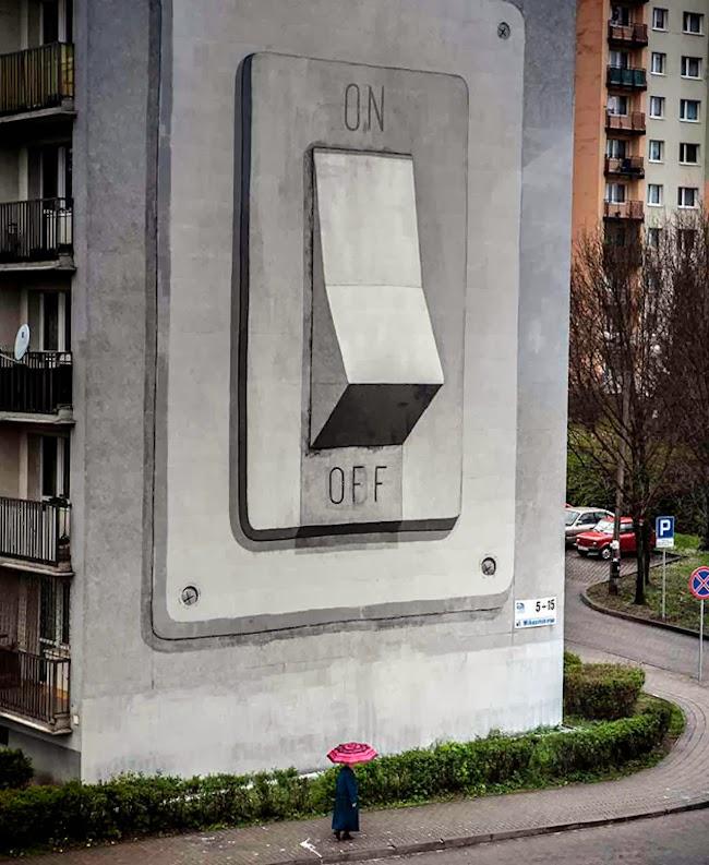 マンションの側面に描かれた大きなスイッチの写真。