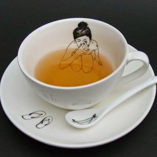 ティーカップのなかに描かれた裸の女性