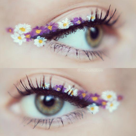 アイラインに咲く白、紫の花々。瞬きするほど、可愛らしいお花が咲き開きます。