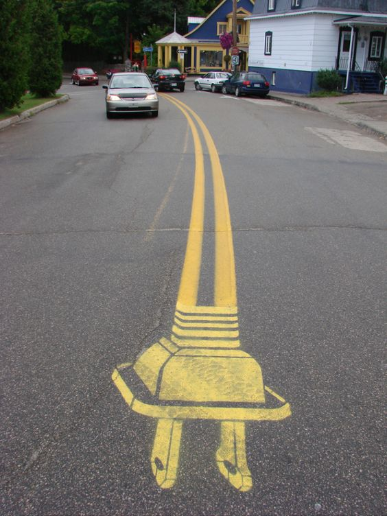道路にある黄色いセンターラインの先っちょは、コンセントプラグだった。