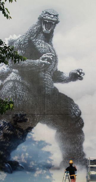 東宝スタジオに描かれたキュウ・ゴジラの巨大壁画。