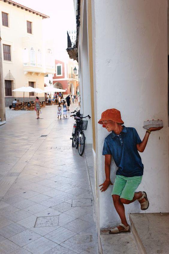 左手に持ったパイを、路上を歩く人だれかれ構わず、ぶつけようと企む少年。