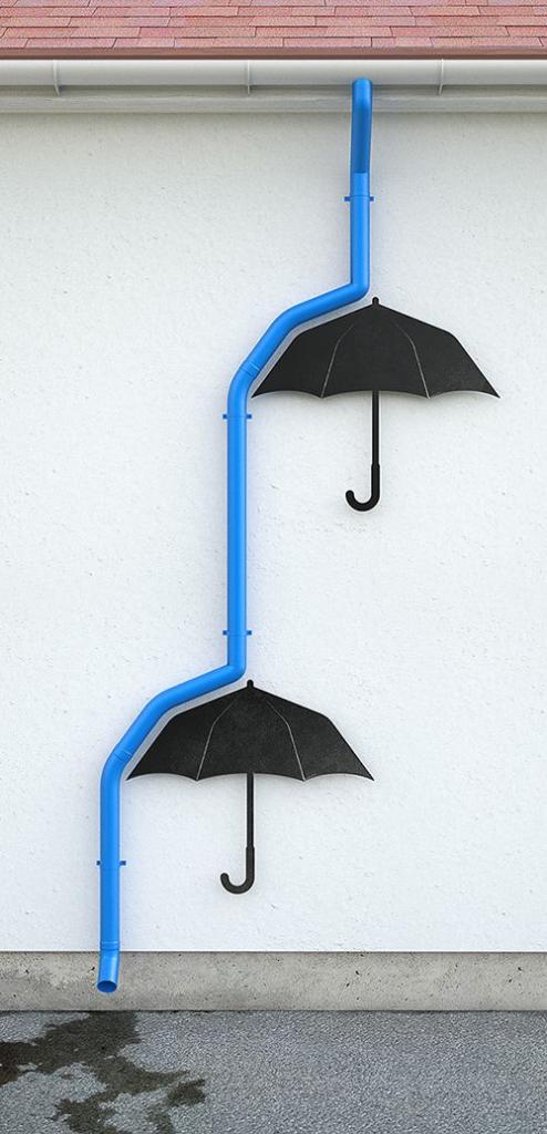 水色の排水管が、雨水のように、壁に掛けた黒い傘に弾かれ滴り落ちている。のが遊び心があって面白い!