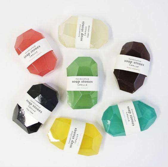 宝石のように輝く石鹸たち。ダイアモンド、サファイア、エメラルド、アメジスト、アクアマリン。見とれちゃうほどの美しさ